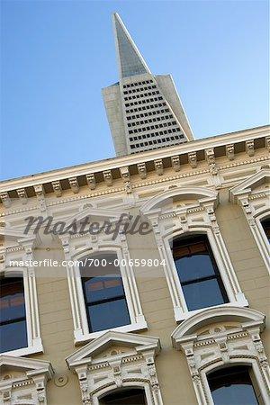 Transamerica Tower derrière le vieux bâtiment, San Francisco, Californie, USA