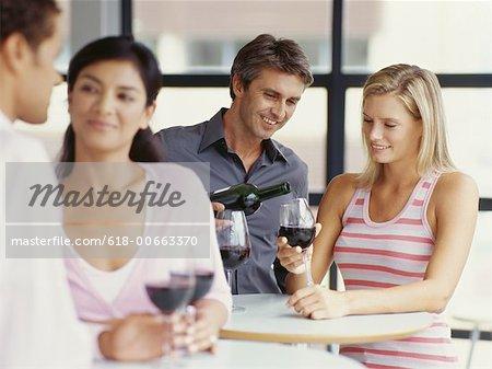 vier Menschen feiern gemeinsam