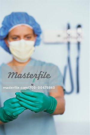 Doctor Holding seringue