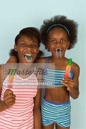 Portrait des sœurs avec sucettes glacées