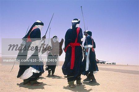 Algérie, Sahara, Tassili Ajjer national park, oasis de Djanet, danseurs de Touaregs.