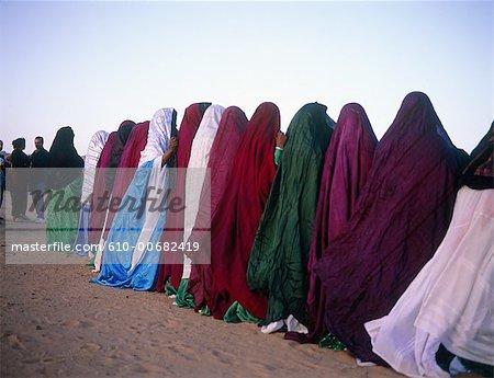 Algérie, Sahara, Tassili Ajjer national park, oasis de Djanet, femmes chanter pendant la Sebiba.