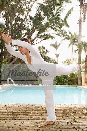 Frau tun Yoga am Pool