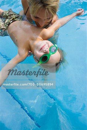 Mère et fils en piscine