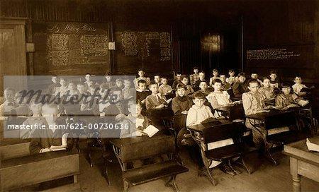Salle de classe pleine d'enfants