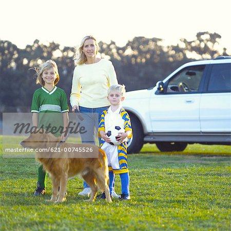 Famille de football sur le terrain