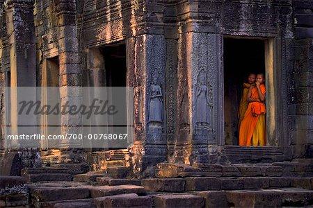 Moines dans l'embrasure de la porte, Angkor Thom, Cambodge
