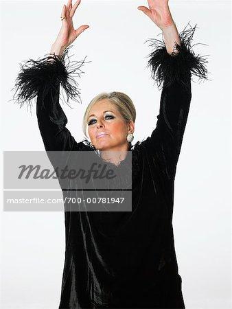 Femme avec les bras en l'Air