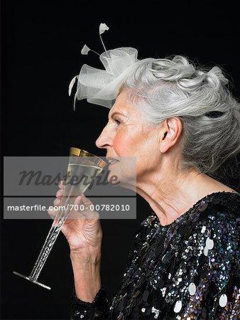 Femme buvant vin