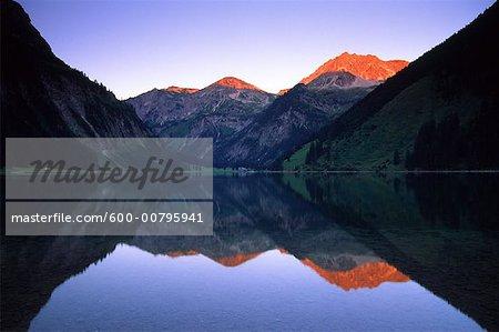 Reflet des montagnes dans le lac Vilsalpsee, Tannheim, Tyrol, Autriche