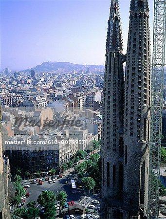 Espagne, Barcelone, la Sagrada Familia en surplomb de la ville