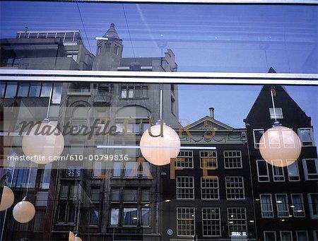 Aux pays-bas, habitation traditionnelle de la Hollande-septentrionale, Amsterdam, reflétée dans une fenêtre de café