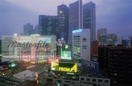 Japon, Tokyo, Shinjuku, quartier des affaires au crépuscule
