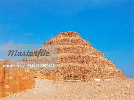 Vue d'angle faible d'une pyramide dans un paysage aride, étape pyramide de Zoser, Saqqarah, Égypte