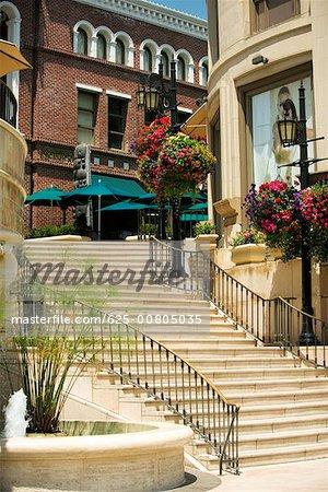 Vue angle bas d'un escalier à l'extérieur des boutiques, Rodeo Drive, Los Angeles, Californie, USA