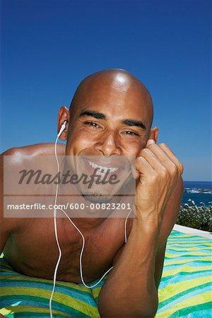 Mann, die Musik am Pool