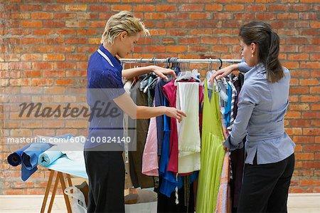 Créateurs de mode en regardant des échantillons