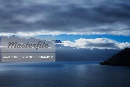 Lever du soleil sur les montagnes remarquables et le lac Wakatipu, Queenstown, Nouvelle-Zélande