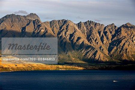 Coucher de soleil sur les montagnes remarquables et le lac Wakatipu, Queenstown, Nouvelle-Zélande
