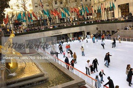 Patins à glace au Rockefeller Center de New York City, New York, États-Unis