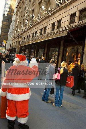 Santa saluaient de la main les gens sur le trottoir, New York City, New York, USA