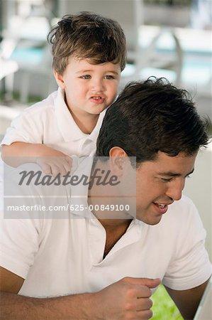 Gros plan d'un père avec son fils