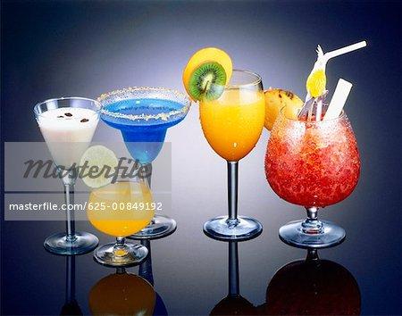 Gros plan des cocktails dans les verres
