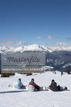 Gens avec des planches à neige, assis sur le sol, Whistler, Colombie-Britannique, Canada