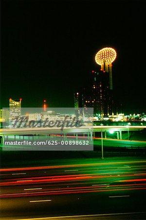 Bâtiments éclairée la nuit, Dallas, Texas, USA