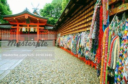 Gros plan de l'origami suspendus, sanctuaire de Fushimi-Inari, Kyoto, Japon