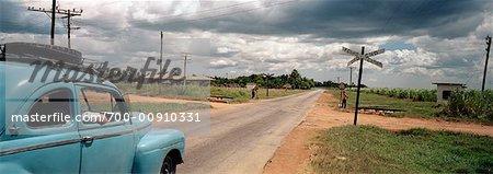 Voiture approchant Railroad Crossing, Cuba