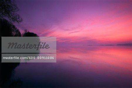 Lac et réflexion au crépuscule