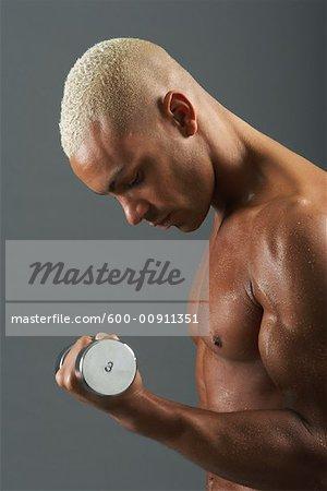 Mann heben Gewichte