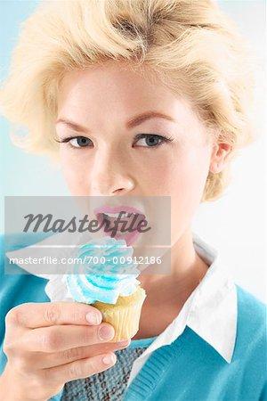 Femme mangeant Cupcake