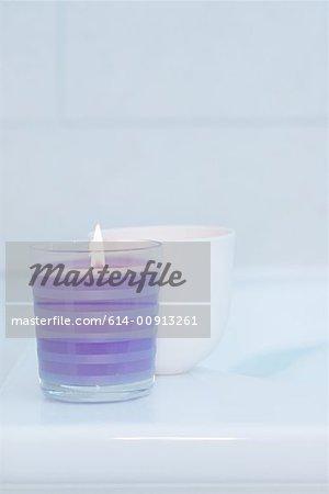 Bougies sur le bord d'un bain