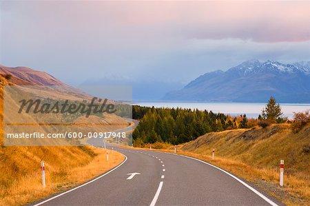 Route de lac et montagne, lac Pukaki, Canterbury, South Island, Nouvelle-Zélande