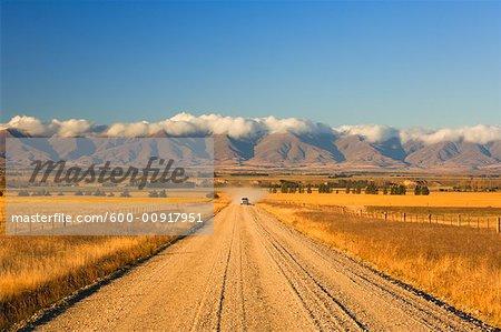 Voiture sur la route vers l'île du Sud, Nouvelle-Zélande, Otago, Ranfurly, montagnes