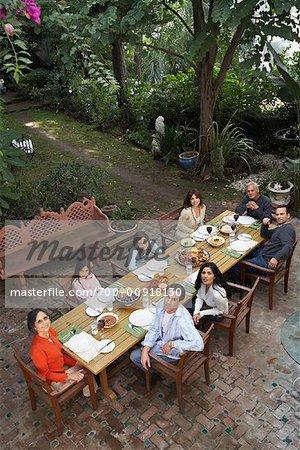 Famille ayant dîner en plein air