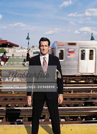 Homme d'affaires en attente pour le Train