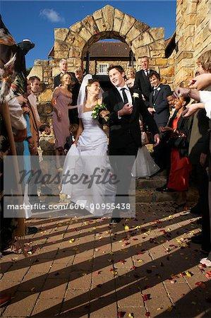 Jeunes mariés, laissant l'église