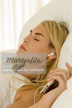 Femme à l'écoute de MP3 player