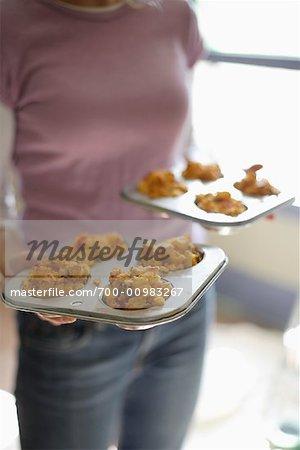 Frau mit Schalen mit herzhaften Muffins