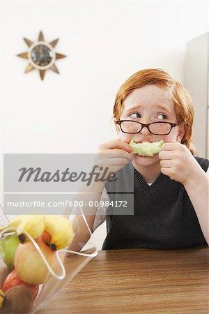 Garçon mange une pomme