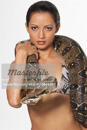 Portrait de femme avec Boa Constrictor enroulé autour de cou