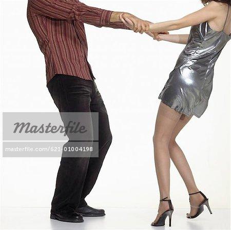 Dancing Couple Holding Hands et renversant