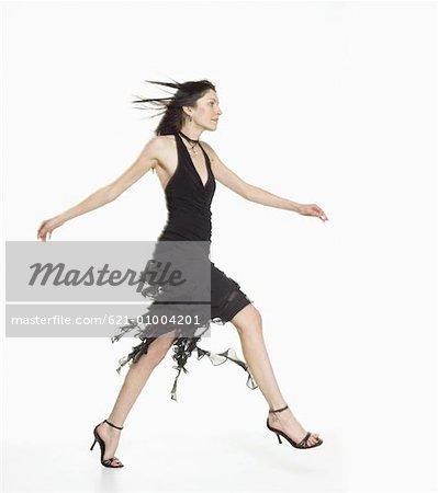 Élégamment habillée femme marchant en toute confiance