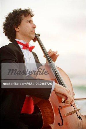 Musiker spielen Cello in Tuxedo
