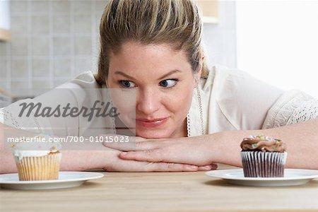 Frau starrte auf Cupcakes