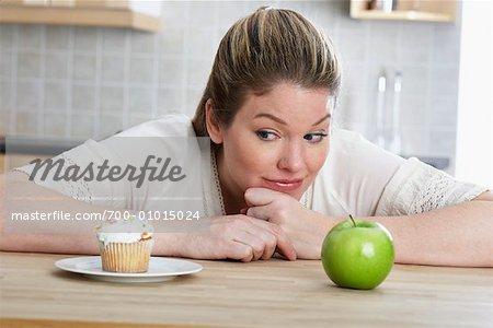 Frau mit Cupcake und Apple