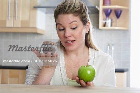 Femme avec Cupcake et Apple